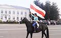 В Смолевичах девушка на коне проскакала с бело-красно-белым флагом
