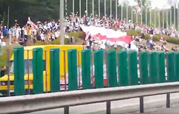 Машина с флагом «Погони» мчится по минской кольцевой дороге