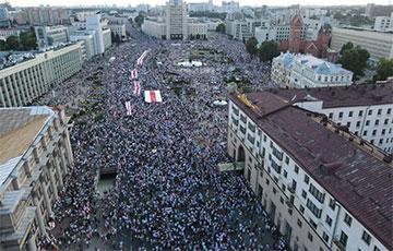 Люди вышли на площадь Независимости в Минске (Онлайн)
