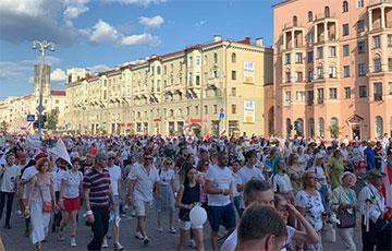 «Еврорадио»: Митинг в центре Минска собрал около 400 тысяч человек