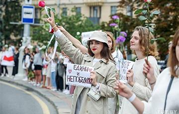 Белоруски выстроились в цепь солидарности на площади Победы в Минске