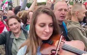 Арт-протест: белоруска играет на скрипке во время митинга на площади Независимости