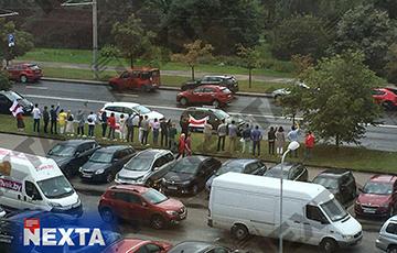 Люди выходят на акции протеста в разных частях Минска