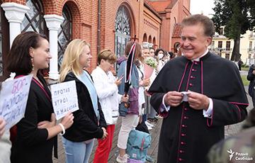 Настоятель Красного костела вышел поддержать протестующих