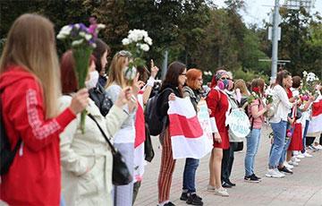 Тысячи участниц Гранд-парада женских миротворческих сил выдвинулись в сторону Октябрьской площади