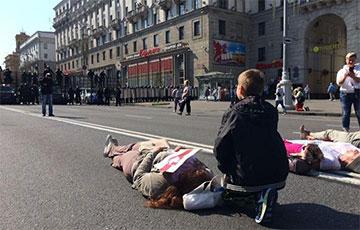 На проспекте Независимости женщины легли на дорогу