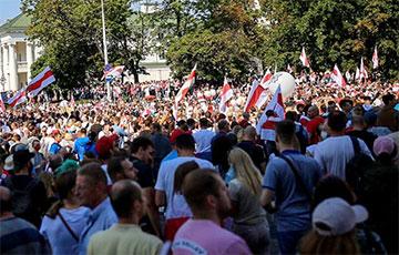 Десятки тысяч протестующих приближаются к Стеле
