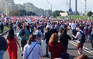 Собравшиеся у Стелы начали массово двигаться ко Дворцу Независимости