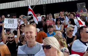 Массовый митинг в Барановичах: люди скандируют «Трибунал!»