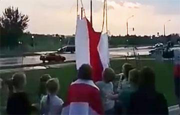 Жители Шабанов запустили в небо флаг на воздушных шарах