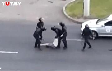 «Вы что творите?»: водитель рассказал о беспределе ОМОНа на улицах Минска