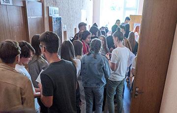 Студенту БГЭУ выстроились в длинную очередь, чтобы выйти из БРСМ