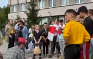 Студенты БГУИР поют «Перемен» на протестном собрании