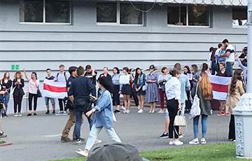 У входа в МГЛУ проходит акция солидарности