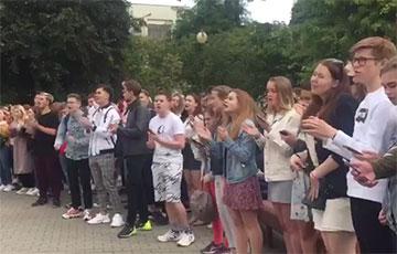 Видеофакт: Студенты БГУ поют песни у стен университета