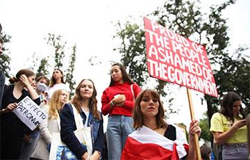 Акция студентов и преподавателей возле МГЛУ: фоторепортаж