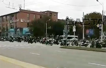 Колонна байкеров под национальными флагами катается по Минску