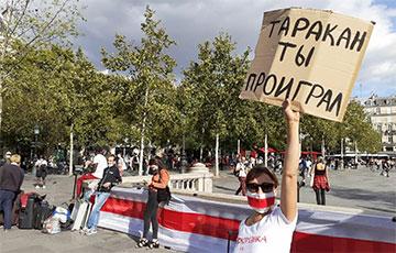 «Таракан, ты проиграл»: Париж вышел в поддержку белорусского народа