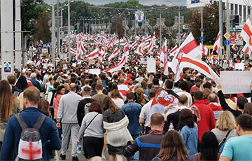 Колонны и группы минчан идут в центр города