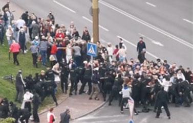 Видеофакт: Стычки протестующих и карателей в Гродно и Бресте