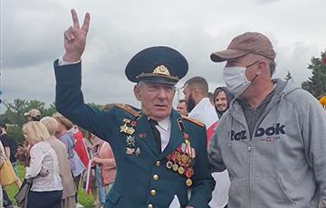Полковник поменял флаг СССР на бело-красно-белый и сорвал бурю оваций на Марше единства