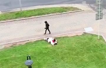 Видеофакт: Девушка прикрывает упавшего парня от зверья с дубинками