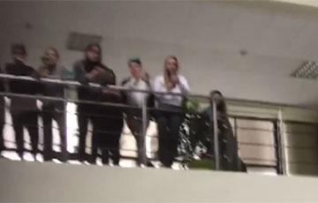 Барановичские студенты поют «Перемен» и «Воины света» в холле университета
