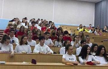 Студенты БГУИР устроили рассадку по цветовой гамме