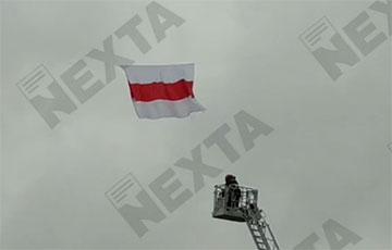 В Минске сотрудник МЧС вместо того, чтобы снять бело-красно-белый флаг, расправил его