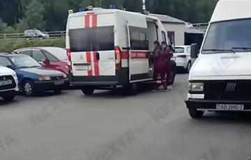 Каратели напали на дедушку, красившего забор в цвета национального флага