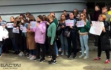 МГЛУ на акции солидарности поет «Погоню»