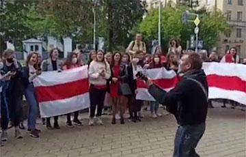 Перед протестующими студентами МГЛУ спел Пит Павлов