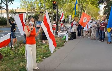 Парижане вышли к посольству РФ в защиту суверенитета Беларуси