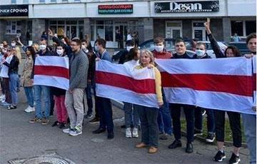 Минчане выстраиваются в цепи солидарности по всему городу