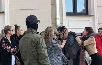 Участница акции солидарности возле суда сняла маску с «тихаря»