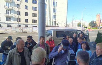 Минчане пришли к суду поддержать лидеров бастующих шахтеров