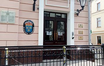 Белорус рассказал, почему ищет убежища в посольстве Швеции
