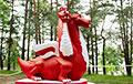 У протестующих белорусов появился бело-красно-белый дракон
