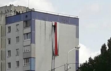 У воришек не получилось снять огромный флаг на одном из домов Минска