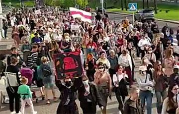 Колонна участниц Женского марша идет от Немиги по проспекту Победителей в сторону Стелы