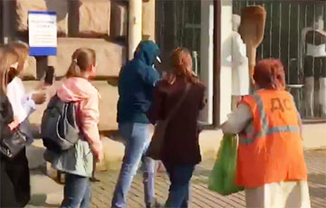На Марше в Минске женщина метлой прогнала тихаря