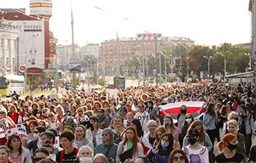 Участницы Женского марша собираются возле «Лидо» в Минске
