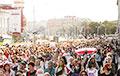 Удзельніцы Жаночага маршу збіраюцца каля «Лідо» ў Менску