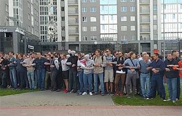 В минской Грушевке протестующие прогнали синие микроавтобусы c «тихарями»