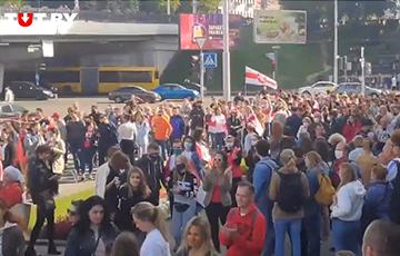 Участники Марша идут от Немиги в сторону Дворца спорта