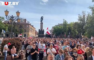 Тысячи брестчан идут по Советской с национальными флагами