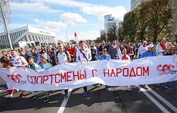 Колонна спортсменов принимает участие в Марше Героев