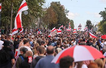 Все колонны демонстрантов сейчас соединились на подходе к Дроздам