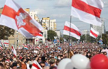 Участники Марша Героев идут к станции метро «Пушкинская»