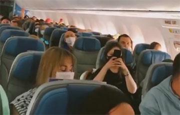 Белорусы скандируют «Жыве Беларусь!» уже и в самолетах